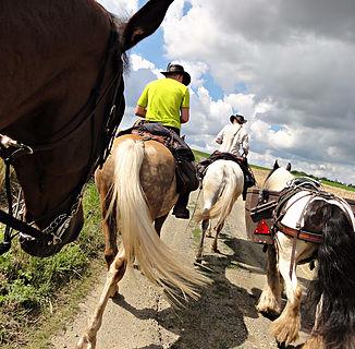 Isabelle Morot-Sir et sa famille lors de leurs randonnées à cheval.
